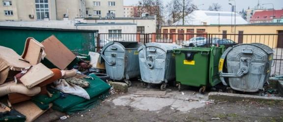 Kto posprząta bałagan na ul. Królewieckiej? Śmieci leżą tu od października