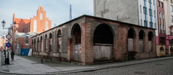 Bezdomny mieszka w opuszczonym budynku na Starym Mieście