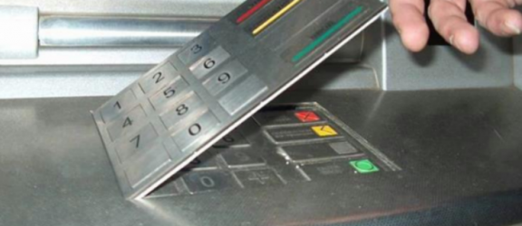 Jak złodzieje okradają nas przy bankomatach?