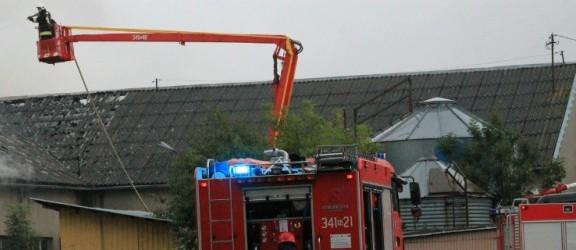 Strażacy walczą z pożarem obory w Jeziorze
