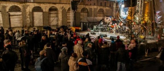 Komentarz. 13 grudnia – jedni się bawią, inni protestują