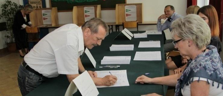 """Głosowanie za """"poczęstunek"""". Radny z Milejewa protestuje, ale WYNIK BEZ ZMIAN"""