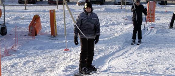 Chrobry nadal żywy: Kolejki narciarzy na stoku w Elblągu