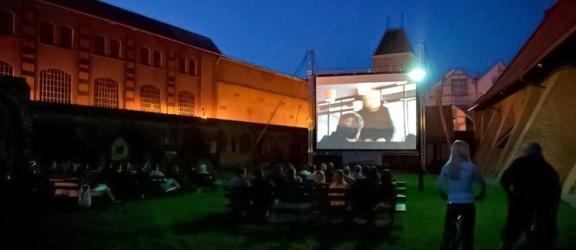 Letnie kino pod chmurką w sobotni wieczór