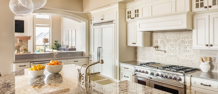 Jak wygodnie urządzić salon z kuchnią?