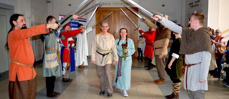 Niecodzienne, rycerskie wesele Artura i Alicji w Malborku (fotorelacja)