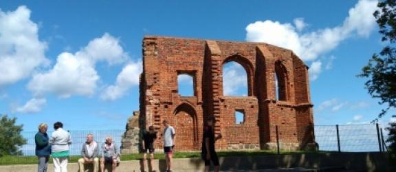 Młodzi elblążanie z zespołu szkół pijarskich zwiedzali ruiny kościoła w Trzęsaczu (+zdjęcia)