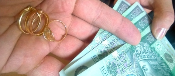 Syn okradł matkę z biżuterii, bo za pieniądze z jej sprzedaży chciał wyjechać za granicę