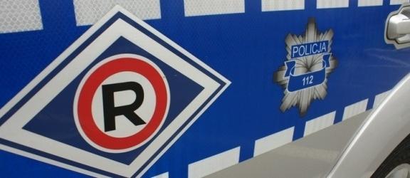 Elbląg, Pasłęk. Pijany kierowca uciekał z miejsca wypadku, inny zniszczył ogrodzenie i uliczną lampę