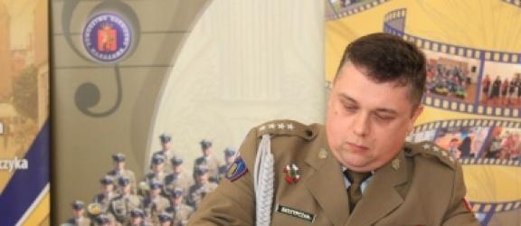 Kpt Maciej Skrzypczak z Elbląga – to pod jego kierownictwem zagrała Orkiestra Reprezentacyjna WP