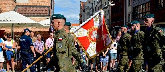 Święto Wojska Polskiego w Elblągu. Ulicą Stary Rynek przeszła defilada (+ zdjęcia)