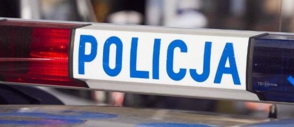 Uderzył samochodem w przystanek i słup na ulicy Browarnej