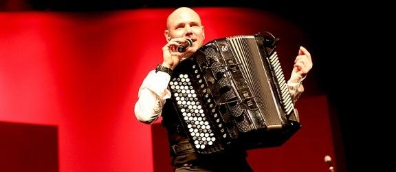 Elbląska publiczność zachwycona występem geniusza akordeonu Marcina Wyrostka (+ zdjecia)