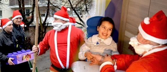 Elbląscy strażacy już ponad 5 lat znają Angelikę. Dzisiaj po raz kolejny złożyli jej świąteczną wizytę