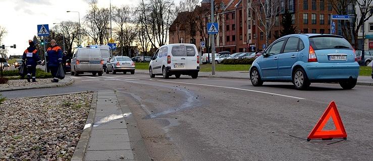 Plac Słowiański. Wielki huk i... uszkodzona miska olejowa (+ zdjęcia)