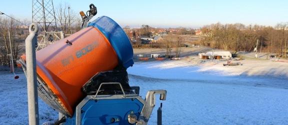 Coraz więcej śniegu na Górze Chrobrego. Kiedy w Elblągu pojeździmy na nartach? (+ zdjęcia)