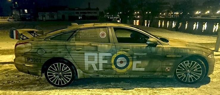Ten samochód w niekonwencjonalny sposób rozsławia bohaterstwo polskich pilotów (+ zdjecia)