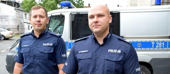 O krok od tragedii – policjanci ewakuowali mieszkańców