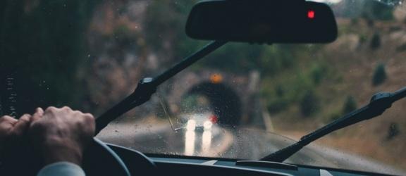 Jak wybrać odpowiednie wycieraczki do swojego samochodu?
