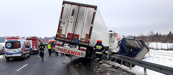 Zderzenie ciężarówek na S7. Kierowca przetransportowany do szpitala