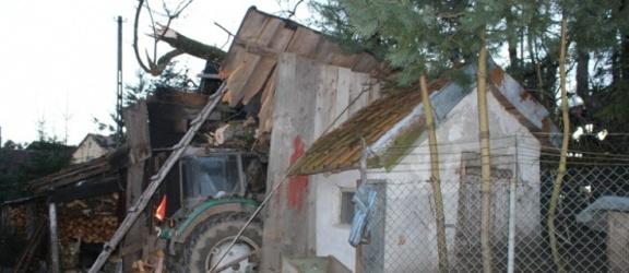 Powiat braniewski. Spadające drzewo uszkodziło ciągnik