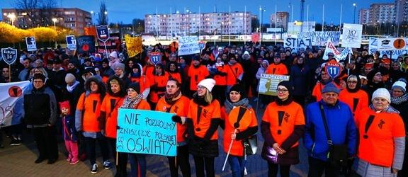 """Światełko dla edukacji w Elblągu. """"Tak, wygramy ten strajk!"""" (+ zdjęcia)"""