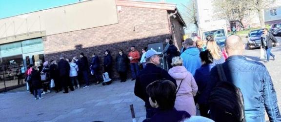 Nieprawdopodobnie długa kolejka do sklepu mięsnego. Elblążanie szykują się do Świąt Wielkanocnych