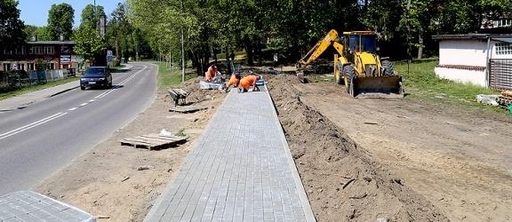 Przy ul. Łęczyckiej powstaje chodnik. Niedługo zostanie oddany do użytku (+ zdjęcia)