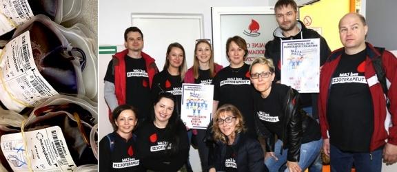 Akcją oddawania krwi rozpoczęli ogólnopolski protest. Wiecie, ile zarabiają fizjoterapeuci? (+ zdjęcia)