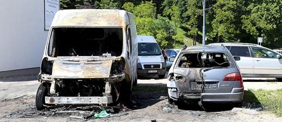 W nocy w centrum Elbląga spłonęły dwa samochody (+ zdjęcia)