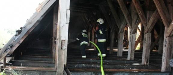 Pieniężno. Pożar poddasza Zamku Kapituły Warmińskiej. 10 zastępów strażaków
