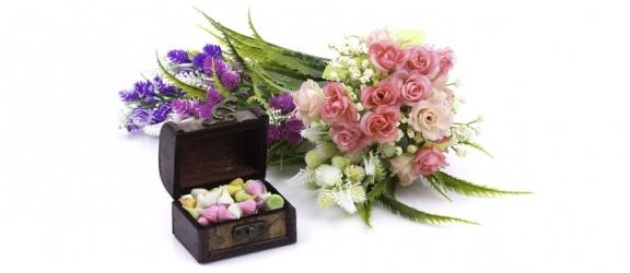 Kompozycje ze sztucznych kwiatów - pomysł na dekorację salonu