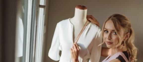 Figura gruszki - jak się ubrać? Porady osobistej stylistki