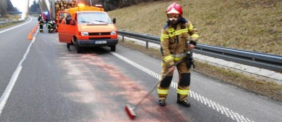 Wielka plama oleju na drodze S22