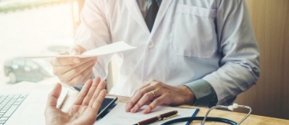 Pieluchy dla dorosłych na rachunek NFZ – kiedy i dla kogo?