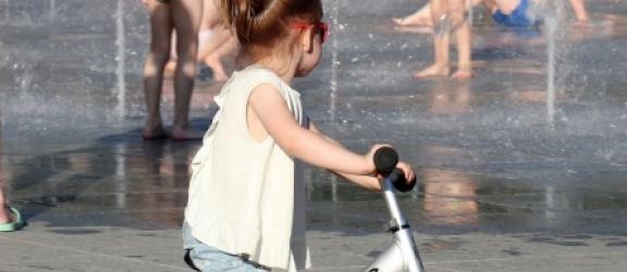 Zabawa na świeżym powietrzu z dzieckiem dzięki rowerkom biegowym