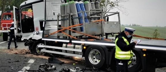 Tragedia na drodze krajowej. Zginął kierowca mercedesa po zderzeniu z ciężarówką