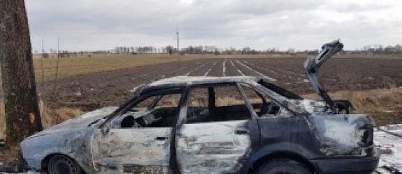 Nie mógł wydostać się z płonącego auta