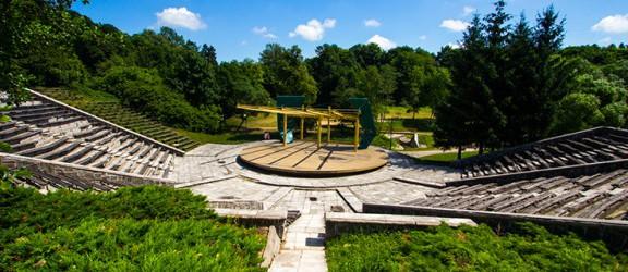 Amfiteatr w parku Dolinka rozpada się. Kiedy doczekamy się remontu tego obiektu? [FOTO]