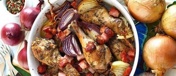 Kurczak po wiejsku - z cebulą, czosnkiem i wędzonym boczkiem