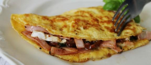 Pomysł na niedzielne śniadanie: Omlet z szynką i serem