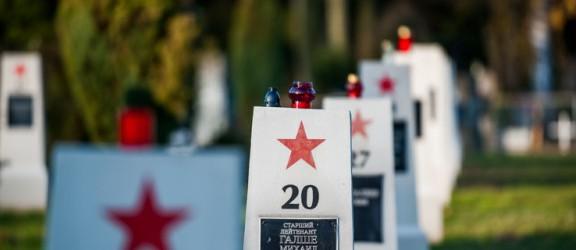 Przybywa zniczy na cmentarzu żołnierzy radzieckich