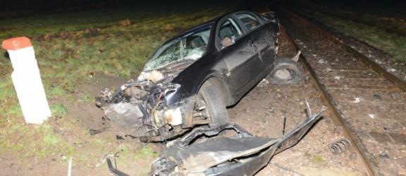 Opel Vectra zderzył się z pociągiem. Ofiar nie było. Zobacz zdjęcia