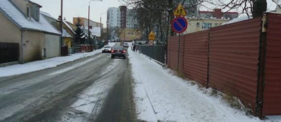 Uwaga na chodnikach! Lód i śnieg zmorą pieszych