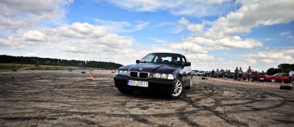 Elbląscy fani BMW bawili się na lotnisku w Ornecie - zobacz film
