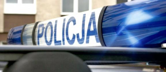 Policjanci rozdawali kamizelki odblaskowe